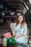 De jongelui bent mooi het meisje in een witte kleding Stock Foto's
