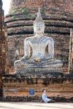 De jongelui chilren onder het Standbeeld van Boedha, Sukhothai, Tha stock afbeeldingen