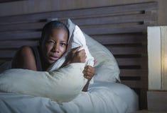 De jongelui deed schrikken en beklemtoonde zwarte Afrikaanse Amerikaanse vrouw gedeprimeerd op verstoord bed onbekwaam aan slaap  royalty-vrije stock foto