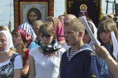 De jongelui die de gebeddienst zingen royalty-vrije stock afbeelding