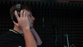 De jongelui knalt het mannelijke kunstenaar zingen aan microfoon en het glimlachen Sluit omhoog van knappe leuke jongen die lied  stock video
