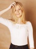 De jongelui koelt blong tiener met haar haar het glimlachen wordt geknoeid die Royalty-vrije Stock Afbeeldingen