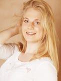 De jongelui koelt blong tiener met haar haar het glimlachen wordt geknoeid die Royalty-vrije Stock Fotografie