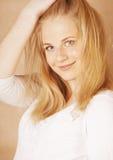 De jongelui koelt blong tiener met haar haar het glimlachen wordt geknoeid die Stock Afbeeldingen