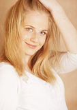 De jongelui koelt blong tiener met haar haar wordt geknoeid dat Stock Foto's