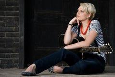 De jongelui koelt meisje het stellen met gitaar Royalty-vrije Stock Foto