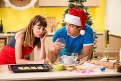 De jongelui koppelt het vieren Kerstmis in keuken royalty-vrije stock foto