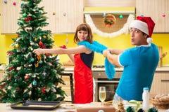 De jongelui koppelt het vieren Kerstmis in keuken royalty-vrije stock foto's