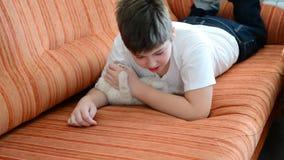 De jongen is allergisch voor kat stock videobeelden