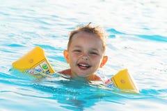 De jongen baadt in pool royalty-vrije stock afbeelding