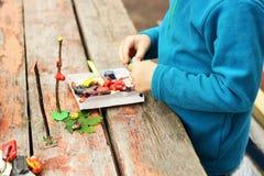 De jongen beeldhouwt van plasticine Stock Afbeelding