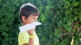 De jongen begint document vliegtuig stock footage