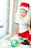 De jongen bekijkt het venster Stock Foto's
