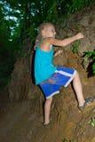 De jongen beklimt de helling van het ravijn royalty-vrije stock afbeelding