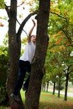 De jongen beklimt een boom Royalty-vrije Stock Afbeeldingen
