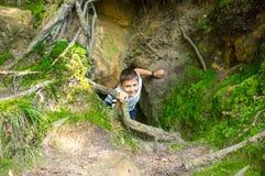 De jongen beklimt van catacomben royalty-vrije stock afbeelding