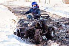 De jongen berijdt een off-road ATV royalty-vrije stock foto's