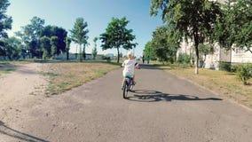 De jongen berijdt op de fiets stock footage
