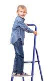 De jongen bevindt zich op ladder royalty-vrije stock afbeeldingen