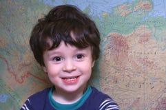 De jongen bij de kaart stock afbeeldingen