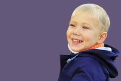 De jongen is blij en glimlachend Royalty-vrije Stock Afbeelding