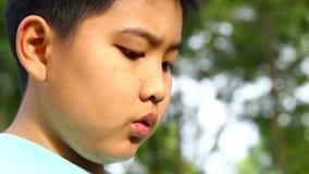 De jongen borrelt bellenspel in de tuin stock footage