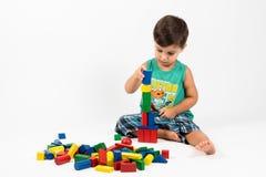 De jongen bouwt een toren Royalty-vrije Stock Afbeelding