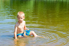 De jongen bouwt een zand Stock Foto