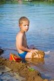 De jongen bouwt een zand Royalty-vrije Stock Foto