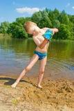De jongen bouwt een zand Stock Fotografie