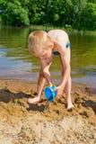 De jongen bouwt een zand Stock Foto's