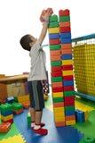 De jongen bouwt ernstig torenblok Royalty-vrije Stock Fotografie