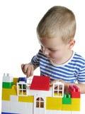 De jongen bouwt huis royalty-vrije stock afbeelding
