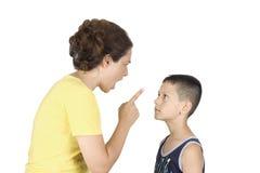 De jongen confronteert zijn moeder Stock Foto