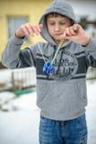 De jongen de tiener speelt met de jojo op de straat royalty-vrije stock fotografie