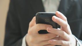 De jongen die de mobiele telefoon houden Sluit omhoog stock footage