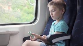 De jongen die vaardigheden tonen door flicking friemelt spinners met vinger stock videobeelden