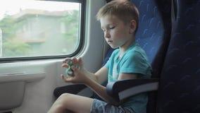 De jongen die vaardigheden tonen door flicking friemelt spinners met vinger stock footage