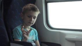 De jongen die vaardigheden tonen door flicking friemelt spinners met vinger stock video