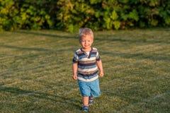 De jongen die van de één éénjarigebaby op weide lopen Royalty-vrije Stock Afbeelding