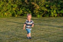 De jongen die van de één éénjarigebaby op weide lopen Royalty-vrije Stock Foto
