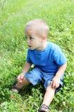 De jongen die van de baby buiten speelt Stock Afbeeldingen