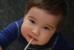 De jongen die van de baby de camera bekijkt Royalty-vrije Stock Afbeeldingen