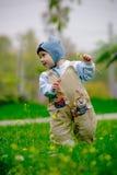 De jongen die van de baby eerste stappen maakt Royalty-vrije Stock Afbeelding