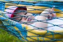 De jongen die van de baby in hangmat rust royalty-vrije stock foto