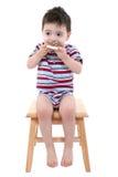 De Jongen die van de baby het Chocolade Bevroren Koekje van de Suiker over Wit eet royalty-vrije stock afbeeldingen