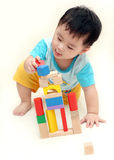 De jongen die van de baby houten blokken speelt