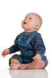 De jongen die van de baby omhoog kijkt Stock Foto's