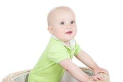 De jongen die van de baby zich in een grote mand bevindt Royalty-vrije Stock Afbeeldingen