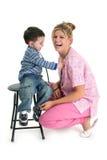 De Jongen die van de peuter aan het Hart van de Verpleegster luistert Royalty-vrije Stock Afbeeldingen